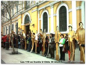 Los 119 en frontis U Chile 30 Años
