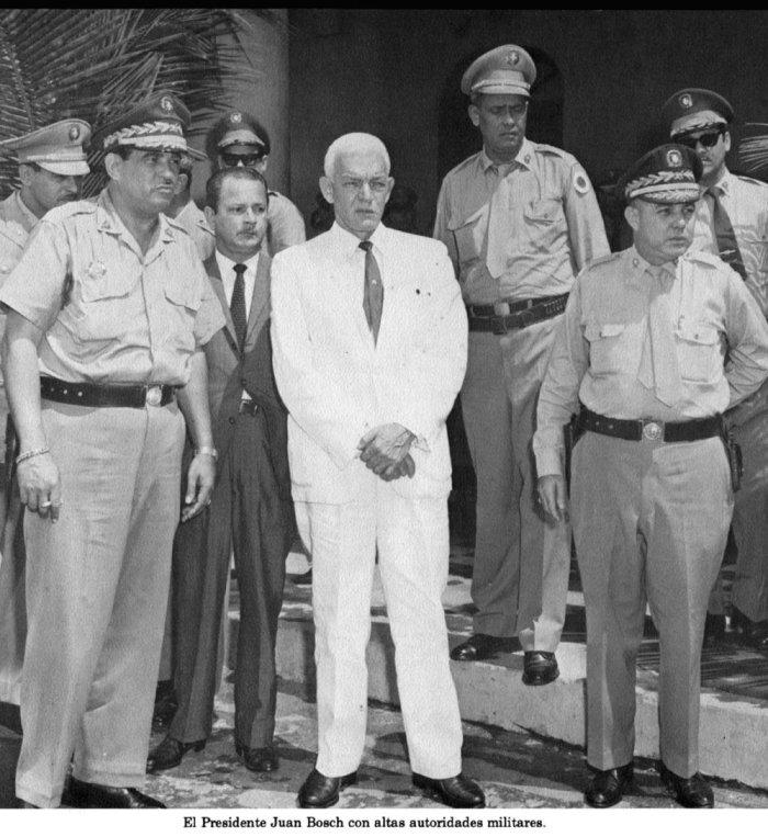 Juan Bosch con el alto mando militar.